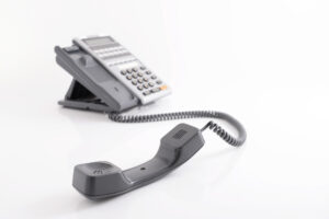 IP電話とは?仕組みや050番号と0ABJの違い、メリット・デメリットを解説